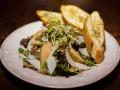 Nowość w naszej karcie: Sałatka z kozim serem (rucola, roszpanka, gruszka, orzechy włoskie)