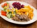 Polędwiczka wieprzowa w sosie grzybowym podawana z ziemniakami pieczonymi i zestawem surówek.